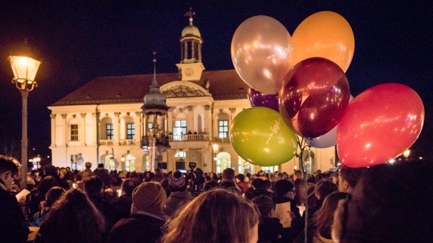 """Alle Magdeburger*innen, die ein deutliches Zeichen für Demokratie, Frieden und Toleranz setzen möchten, sind herzlich zum Auftakt der Aktionswoche """"Eine Stadt für alle"""" eingeladen. Gemeinsam mit Magdeburger Chören werden im […]"""
