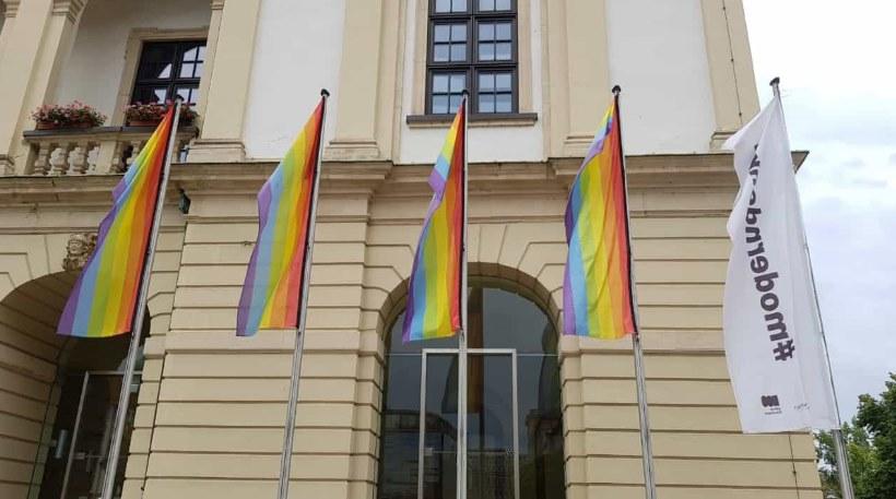 Der Magdeburger CSD beginnt traditionell mit dem Hissen der fünf Regenbogenflaggen vor dem Magdeburger Rathaus.Anschließend findet erstmals Empfang vorm Rathaus statt. Hier gibt es kurzweilige Redebeträge des CSD und der […]